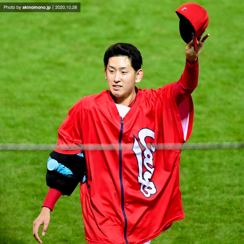 ファンに手を振る遠藤淳志投手