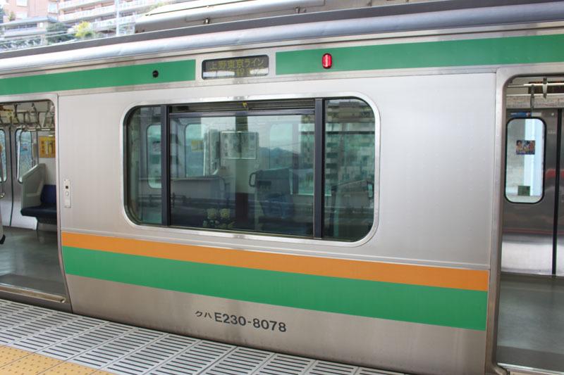 上野東京ライン 熱海駅 クハE230-8078 窓に 200410