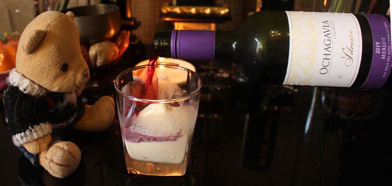 グラスのアイスに赤ワインを注ぐ 200824