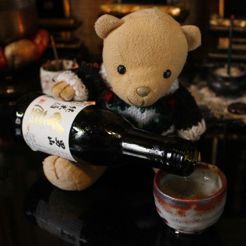 男山生酛純米酒を手酌で注ぐ 200914