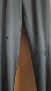 2か所穴のあいた制服のズボン 遠景
