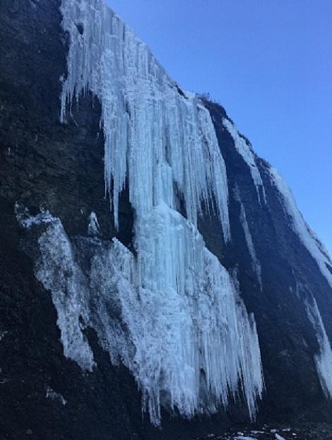湯沸ビーチの氷瀑