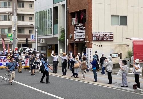 平和記念式典デモ隊