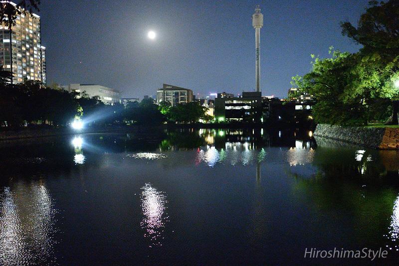 広島城の堀と満月 02