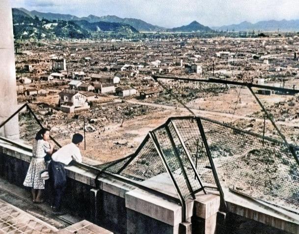 広島原爆 デパートでカップル