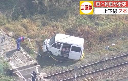 JR芸備線の踏切内で車と列車が衝突