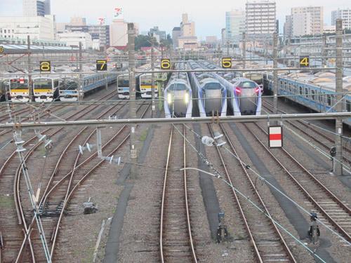 早朝の跨線橋で電車観察