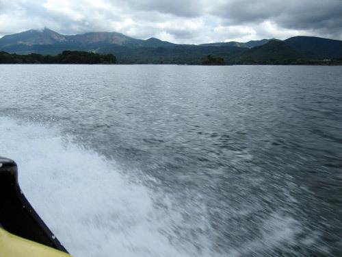 檜原湖でモーターボート