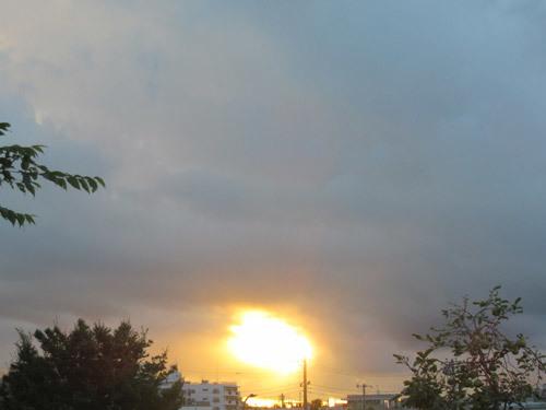 雲の合間からの日の出