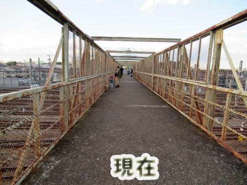 跨線橋の錆び錆びフェンス