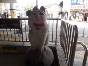 招き猫の豪徳寺 世田谷線の駅で