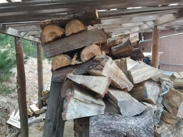 薪棚はみ出し10214