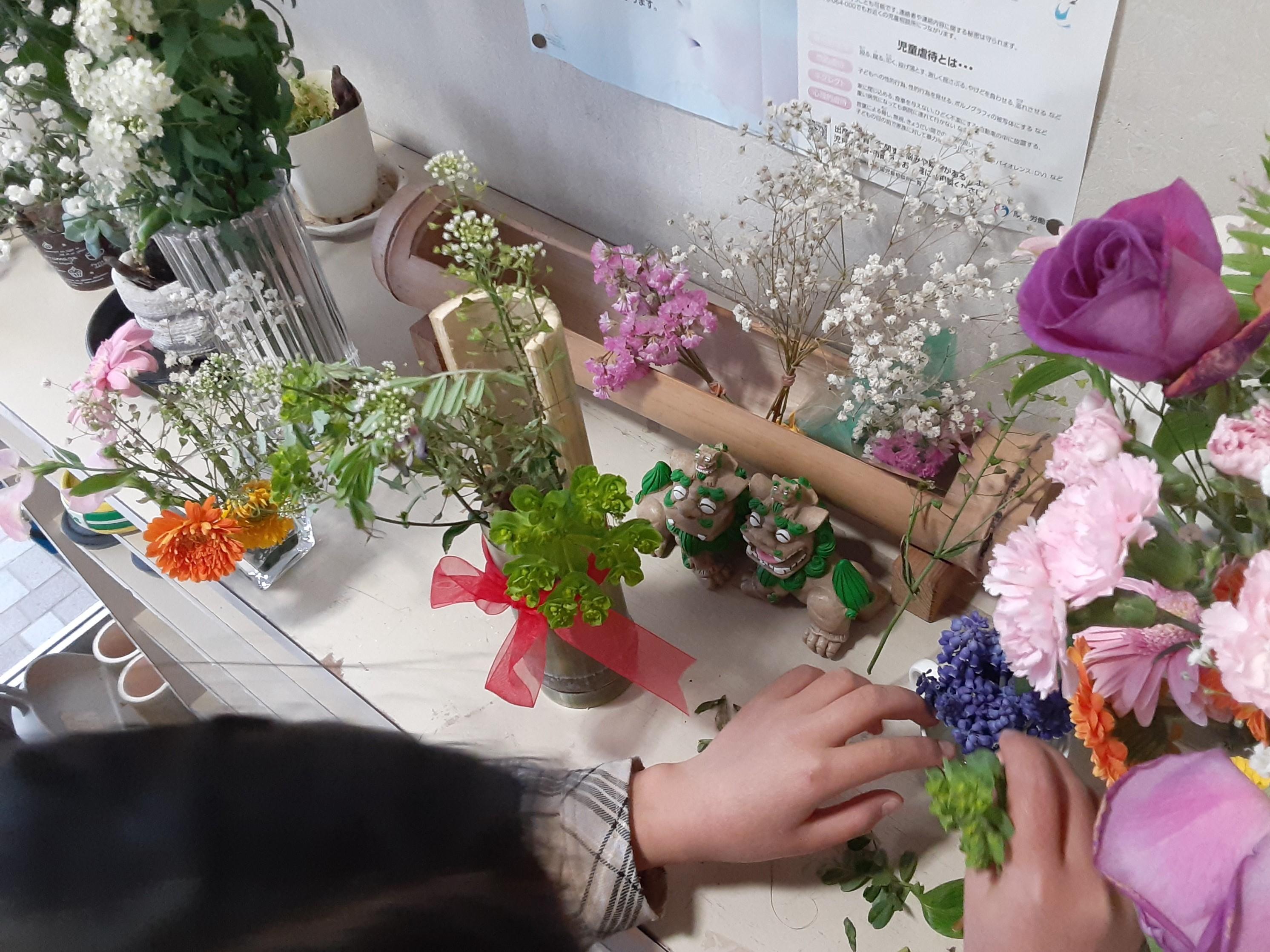 お花を生けるゆうりさん②