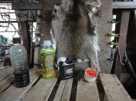 シカの毛皮に脂を塗る
