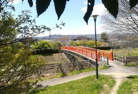 2 竜田川にかかる赤い歩道橋