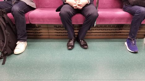 座席が空いていても、並んで座る方はいなく間を空けて座っています。