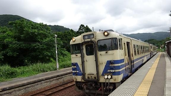 DSC01801岩館で列車交換 - コピー