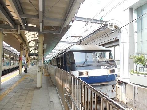 列車が通過します@桜木町駅b