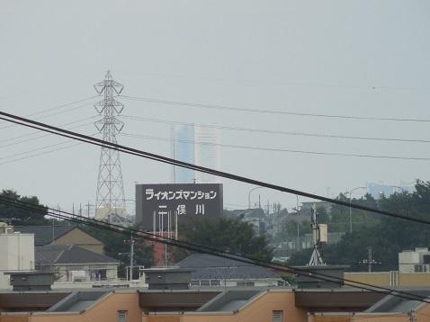 神奈川県警察運転免許センターへ向かう坂道から見たランドマークタワー