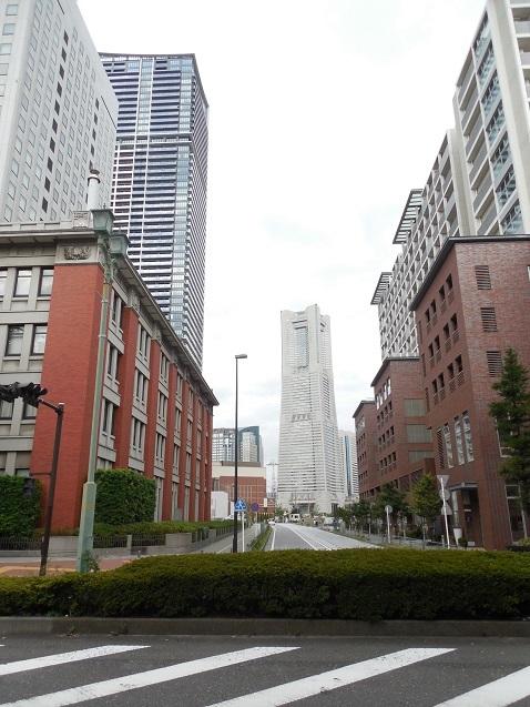 万国橋通りから見たランドマークタワー@横浜市中区