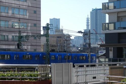 JR東神奈川駅と京急東神奈川駅間のペデストリアンデッキから見たランドマークタワー@横浜市神奈川区