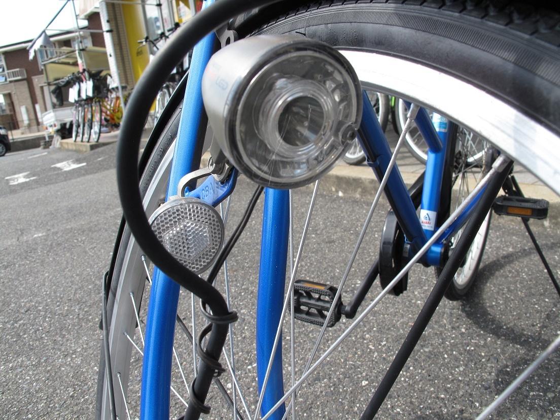 鮮やかブルーの自転車のライト