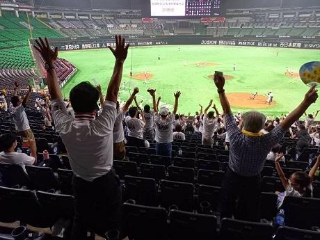 20200804優勝を喜び抱き合う福高観客席
