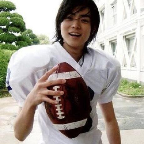 20200829菅田将暉さんアメフトのボールを持つ