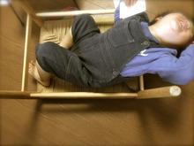 椅子の裏で遊ぶ