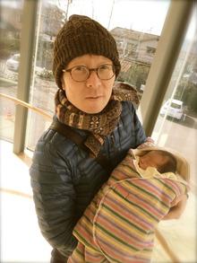 赤ちゃんを抱く