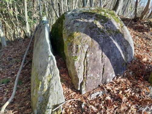 登山道途中の「ミニ太刀割石」