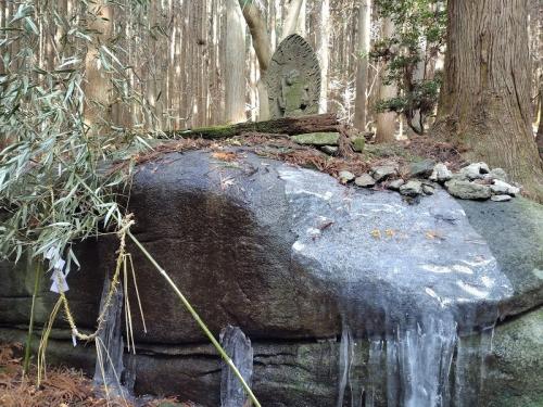不動石-流れる水が凍っている