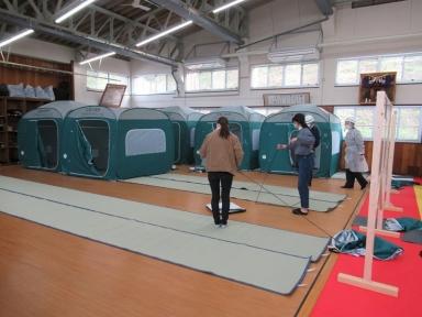 組み立てテント設営