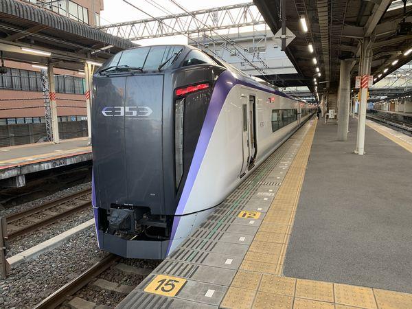 中央線の特急列車で運用されるE353系。空気ばねを利用した車体傾斜システムを備え、急カーブでも高速走行が可能。