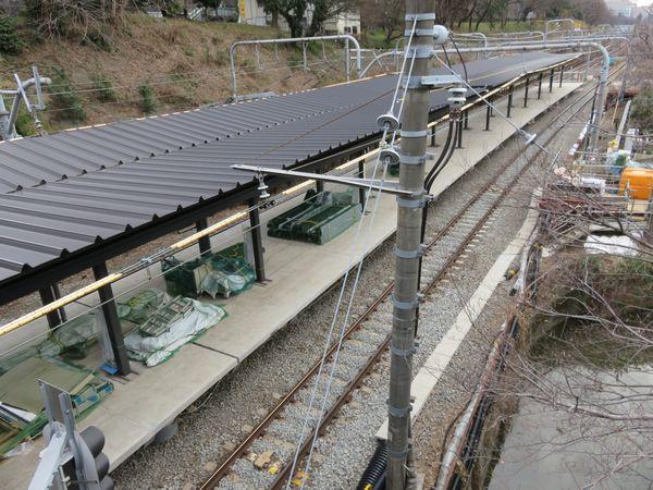 新宿寄りで建設中の新ホーム。ホーム柱には早くも駅名板が取り付けられていた。