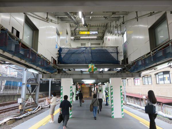 踏板が撤去された仮西口駅舎への階段