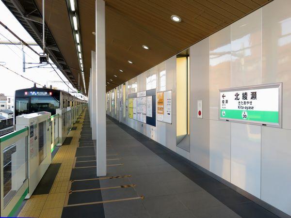 北綾瀬駅を発車するE233系2000番台