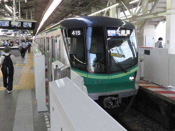 東京メトロ16000系の北綾瀬行き。綾瀬駅では通常折り返しに使用する3番線から発車する北綾瀬行きも存在する。