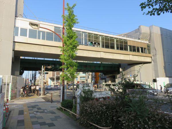 環状7号線上空で建設中の新改札口連絡橋