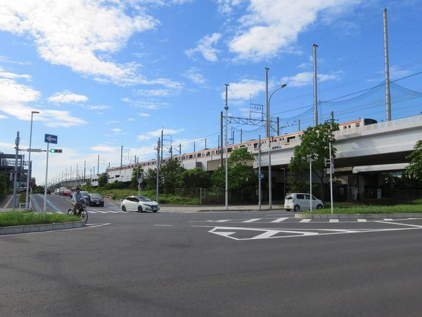 鷺沼貨物駅予定地付近の京葉線は上り線のみ高架橋になっており、両端には鷺沼貨物駅進入用の未完成スロープがある。