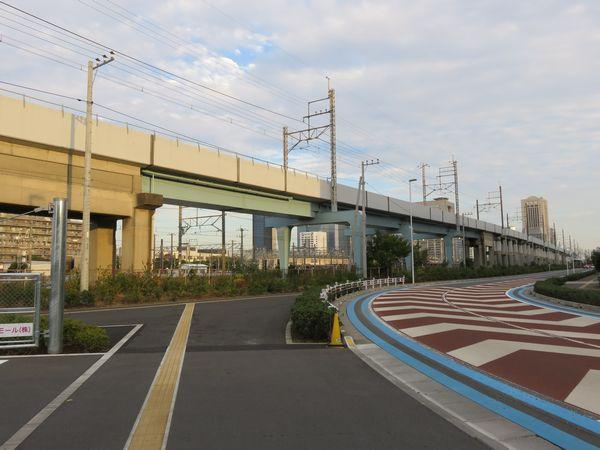 上り線の下には下り線から平面交差なしに貨物駅へ出入りできるよう線路を通せるようになっている部分もある。