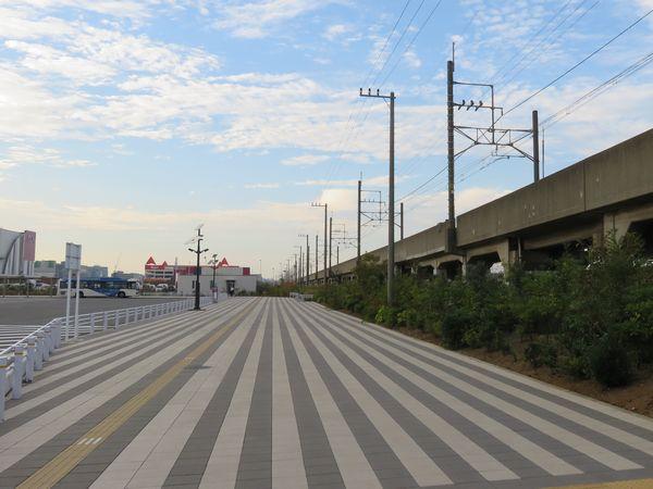 バスターミナル南側から新駅予定地を見る。正面に見える白い平屋の建物はバス乗務員の休憩室。