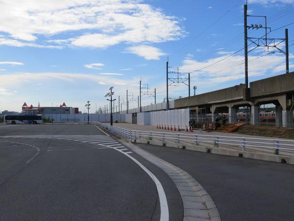 020年6月10日の同じ場所。休憩室は撤去され、高い防護壁で覆われた。