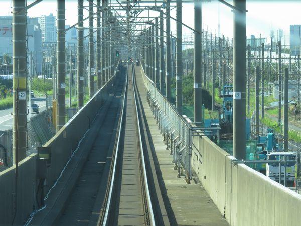 上り列車の前面展望。右側の高欄が撤去されている。
