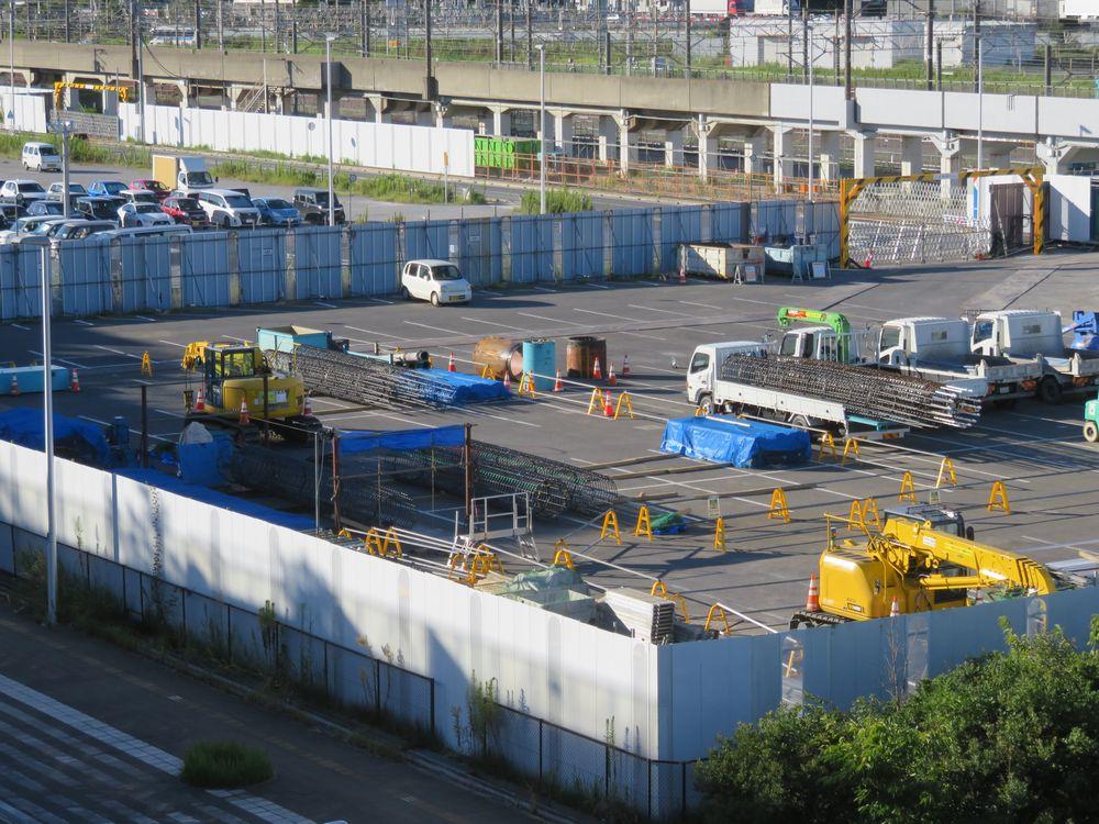 バスターミナル隣の作業ヤードで筒状に組み立てられた基礎杭の鉄筋。