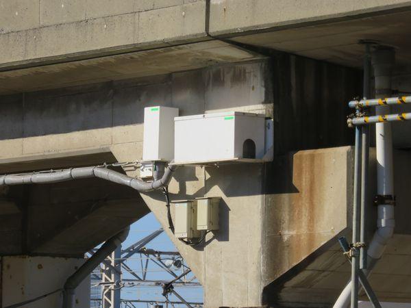 上り線高架橋に取り付けられた沈下観測用のセンサー。
