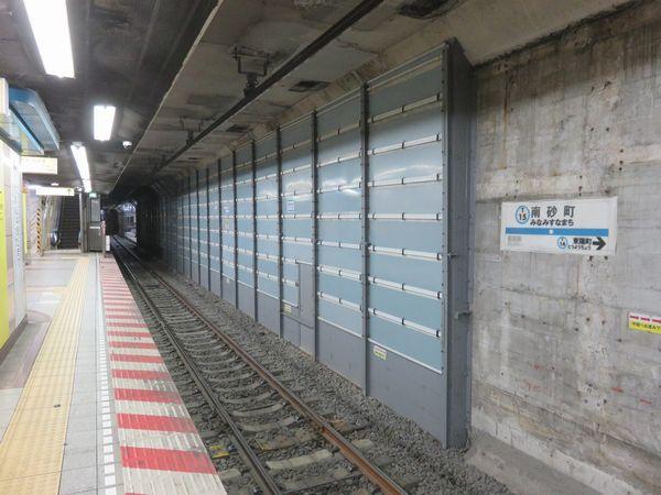 トンネル側壁の取り壊しが進む南砂町駅