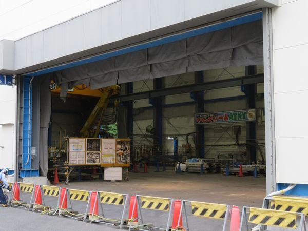 建屋内には切り出したコンクリート塊を吊り上げる天井クレーンが設置されている。