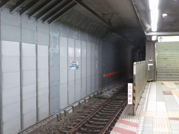 中野寄りのホーム端はトンネルのサイズに余裕がないため防護壁が元の壁に張り付くように設置されている。