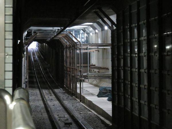 西船橋寄りホームの先ではB線の側壁が撤去され新ホームへ通じるトンネルが見えるようになった。解体期間中設置していたカバーは建築限界ギリギリのサイズだったことがわかる。